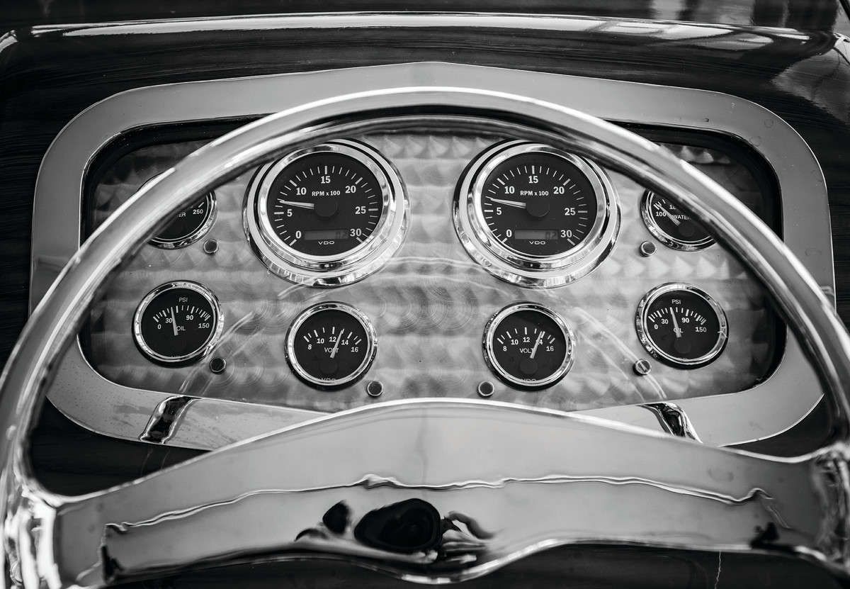 Picaflor's machine-turned, hot rod instrument panel.